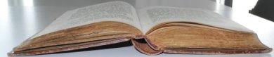 aufgeschlagenes Buch von der unteren Schnittkante aus