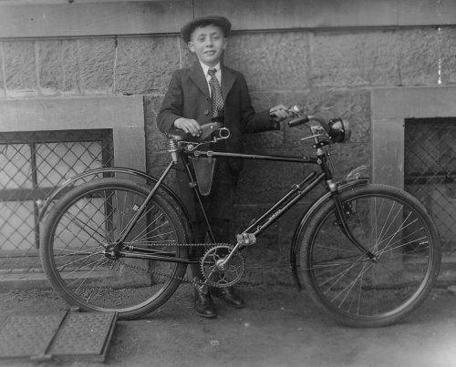 Siegfried Neustädter mit Fahrrad, 1932