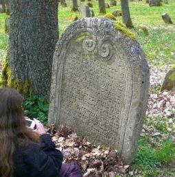 Grabstein auf dem jüdischen Friedhof in Kleinbardorf mit einer Bearbeiterin