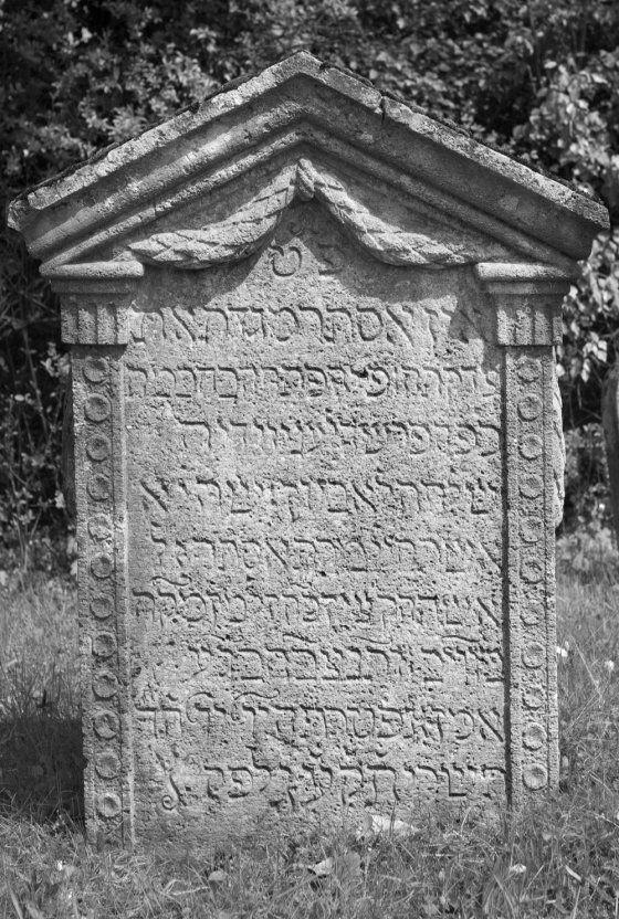 Grabstein auf dem jüdischen Friedhof in Heidingsfeld, Aufnahme von 2010