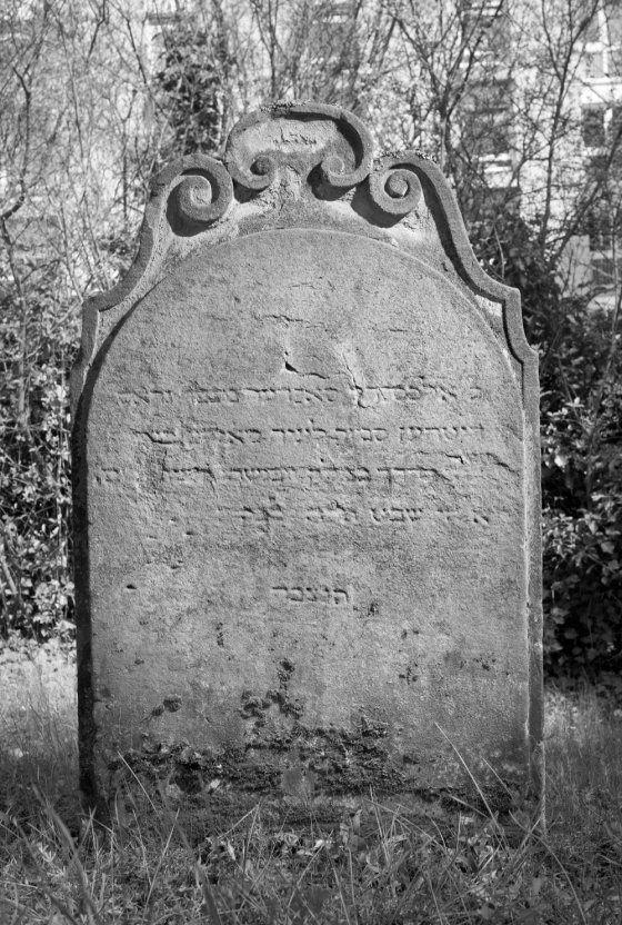 Grabstein vom jüdischen Friedhof in Heidingsfeld, Aufnahme von 2010