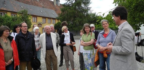 Zweite Exkursion des Kooperationsprojekts Landjudentum in den Landkreis Würzburg, Station Aub, Führung durch Herrn Pfeufer